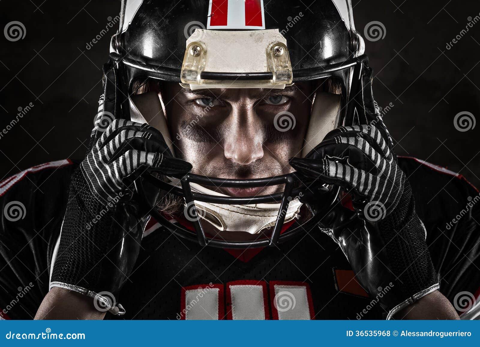 Jugador de fútbol americano que mira la cámara
