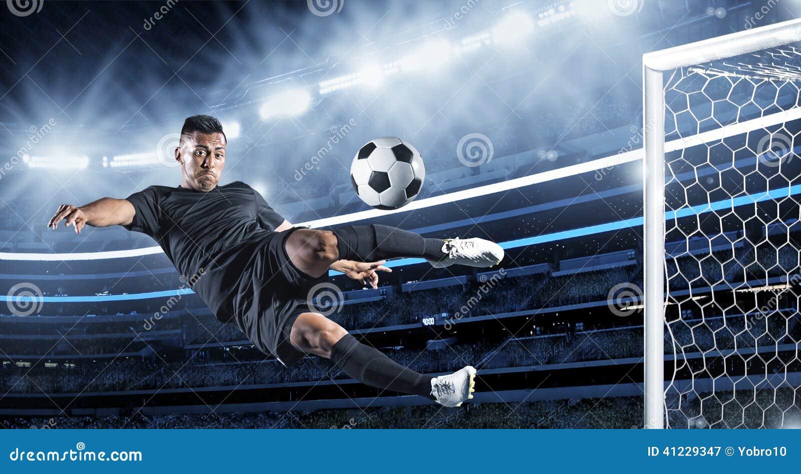 Jugador de fútbol hispánico que golpea la bola con el pie