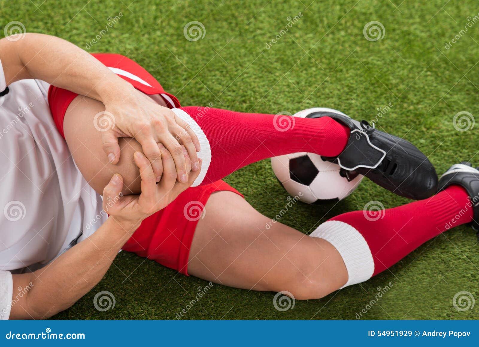 Jugador de fútbol que sufre de lesión de rodilla