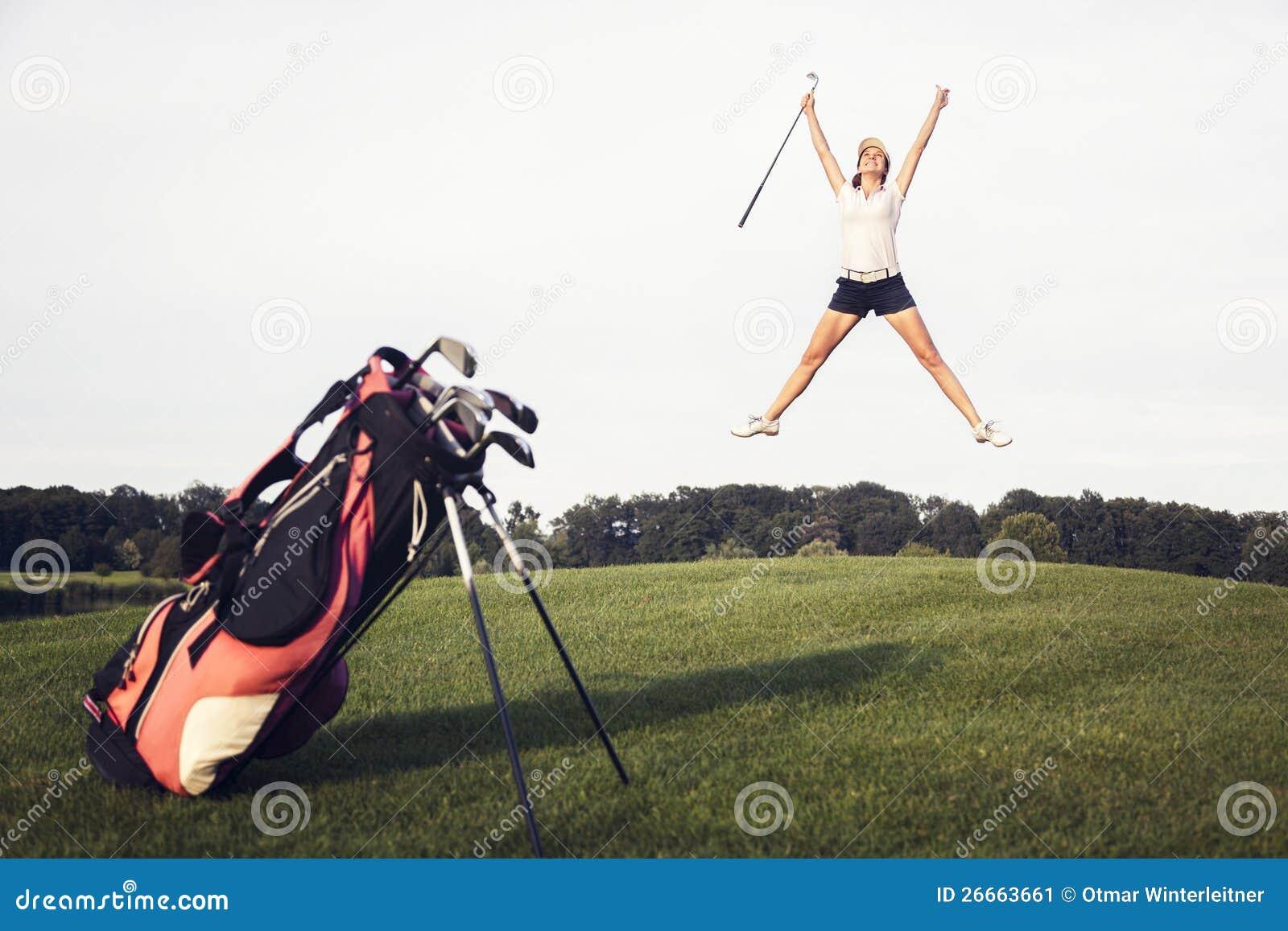Jugador de golf feliz que salta en campo de golf.