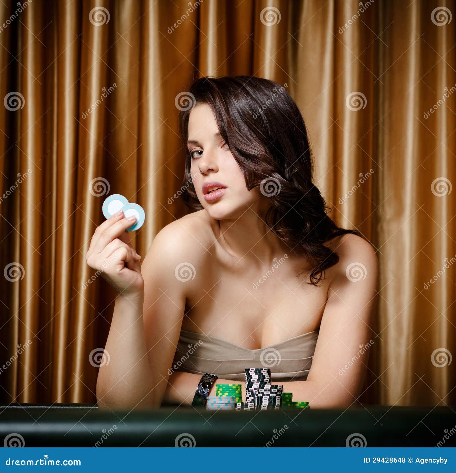 Jugador de sexo femenino en el vector del casino con los microprocesadores
