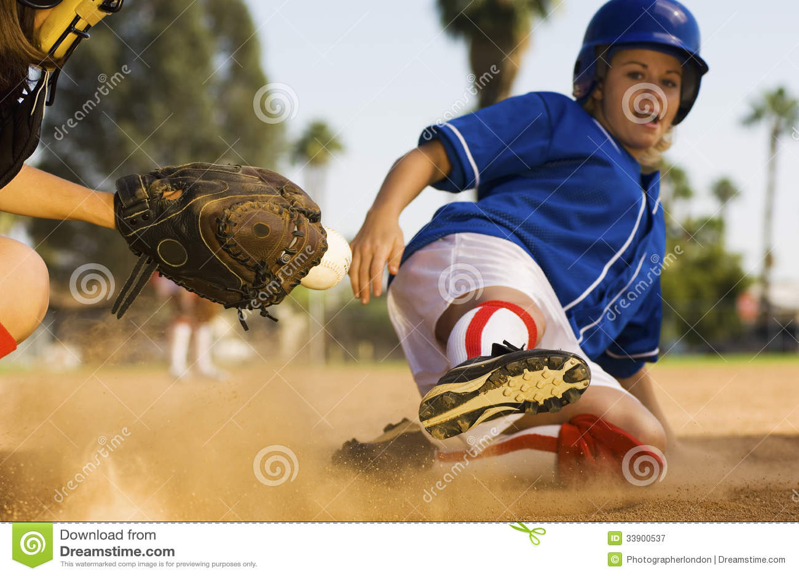 Jugador de softball que resbala dentro de la meta
