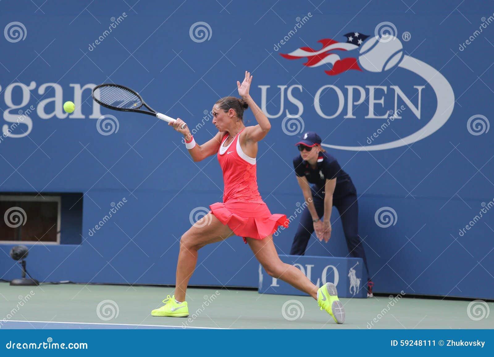 Jugador de tenis profesional Roberta Vinci de Italia en la acción durante su partido del cuarto de final en el US Open 2015