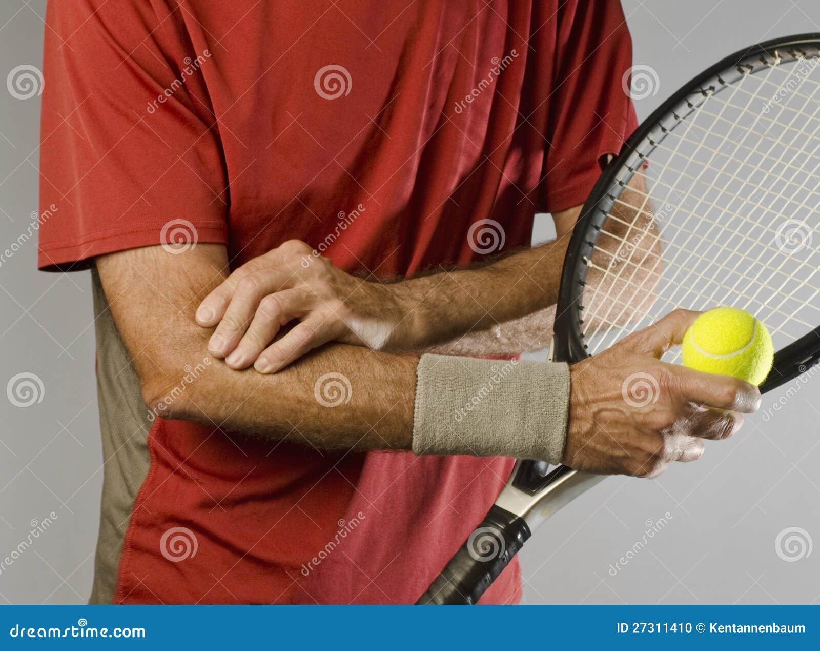 Jugador de tenis que da masajes al codo
