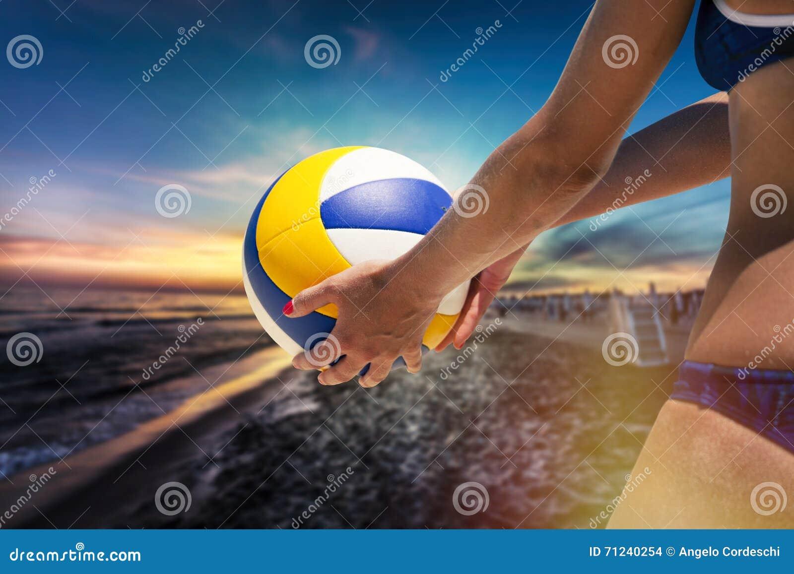 Jugador De Voleibol De Playa, Jugando Verano Mujer Con La Bola Foto ...