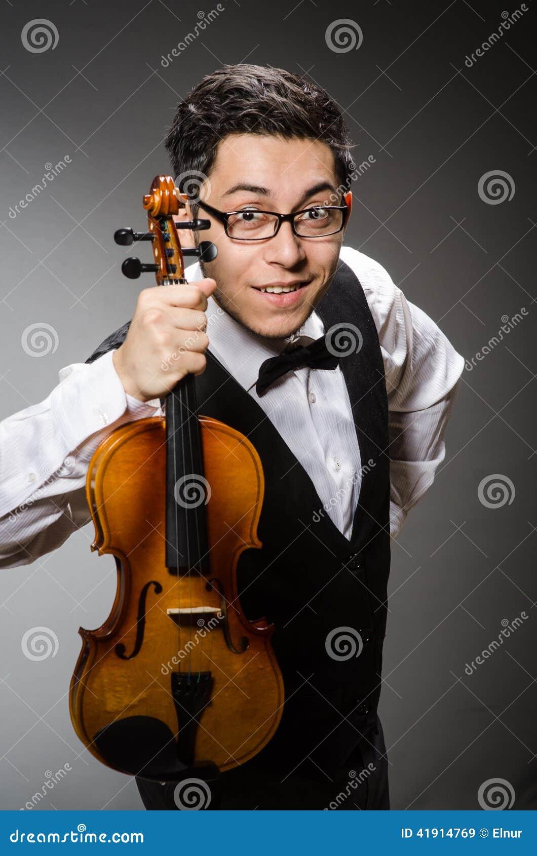 Jugador divertido del violín