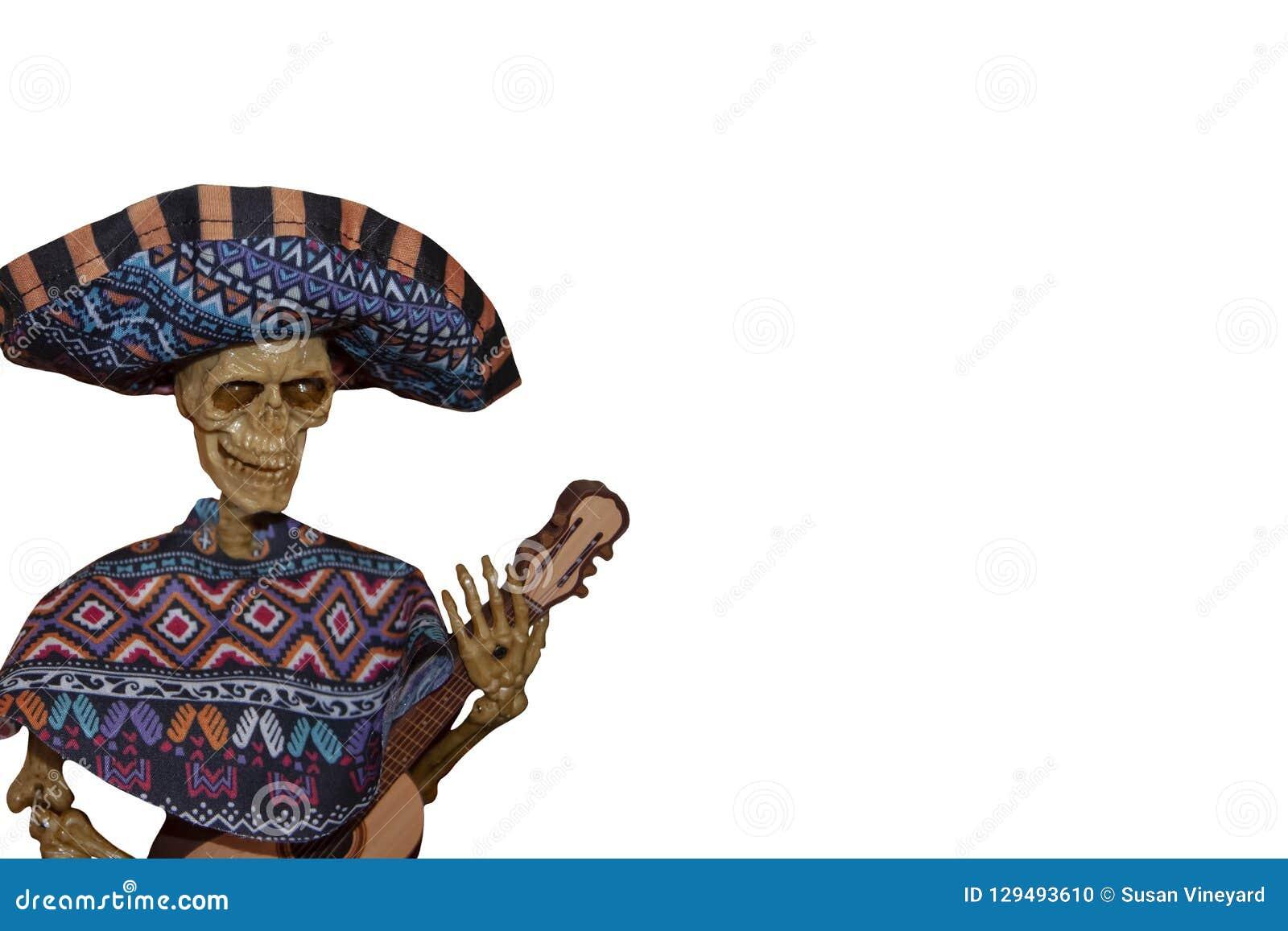 Jugador esquelético del Mariachi con el poncho y sombrero y guitarra - decoración de Halloween - en lado de la imagen blanca en b