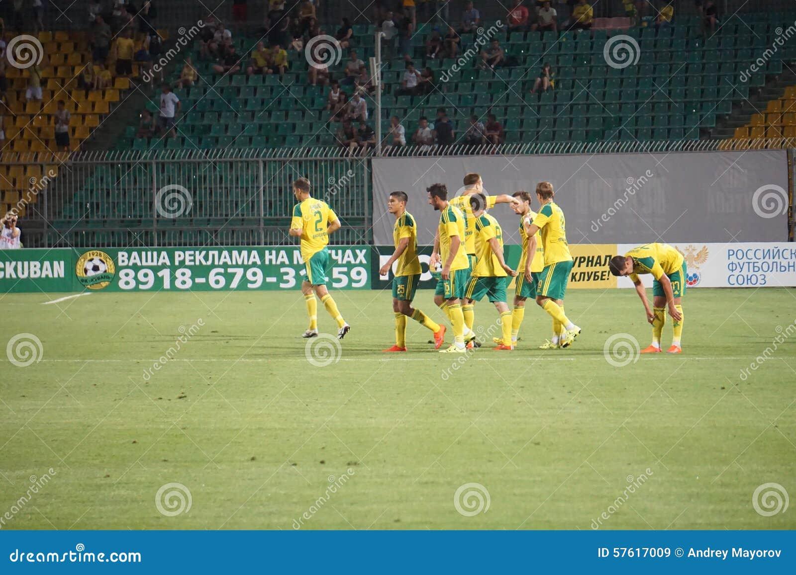 Jugadores FC Kuban que celebra meta anotada contra FC Ufa