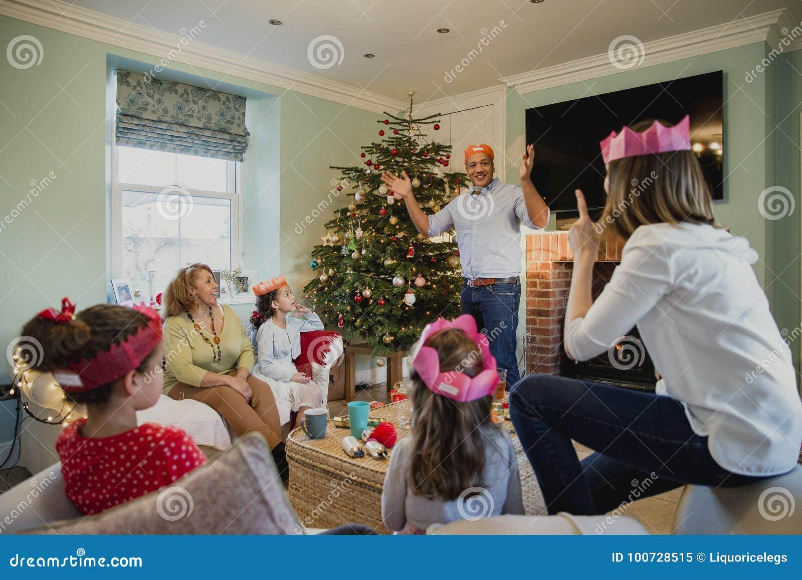 Jugar charadas en la Navidad
