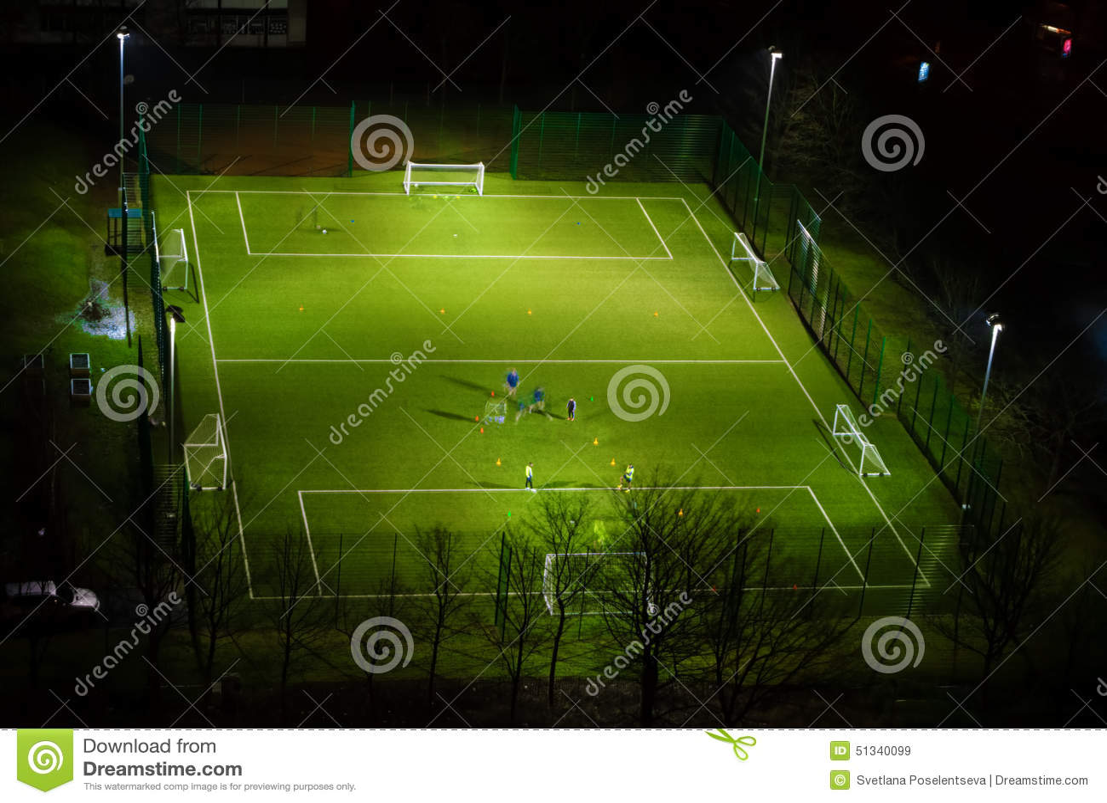 Jugar A Futbol En La Noche Imagen De Archivo Imagen De Goalposts