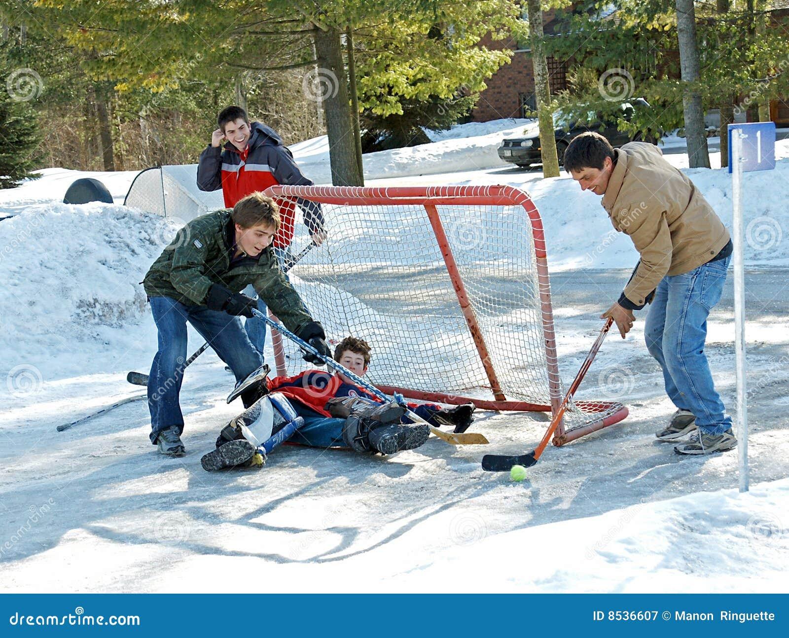 Jugar a hockey de la bola