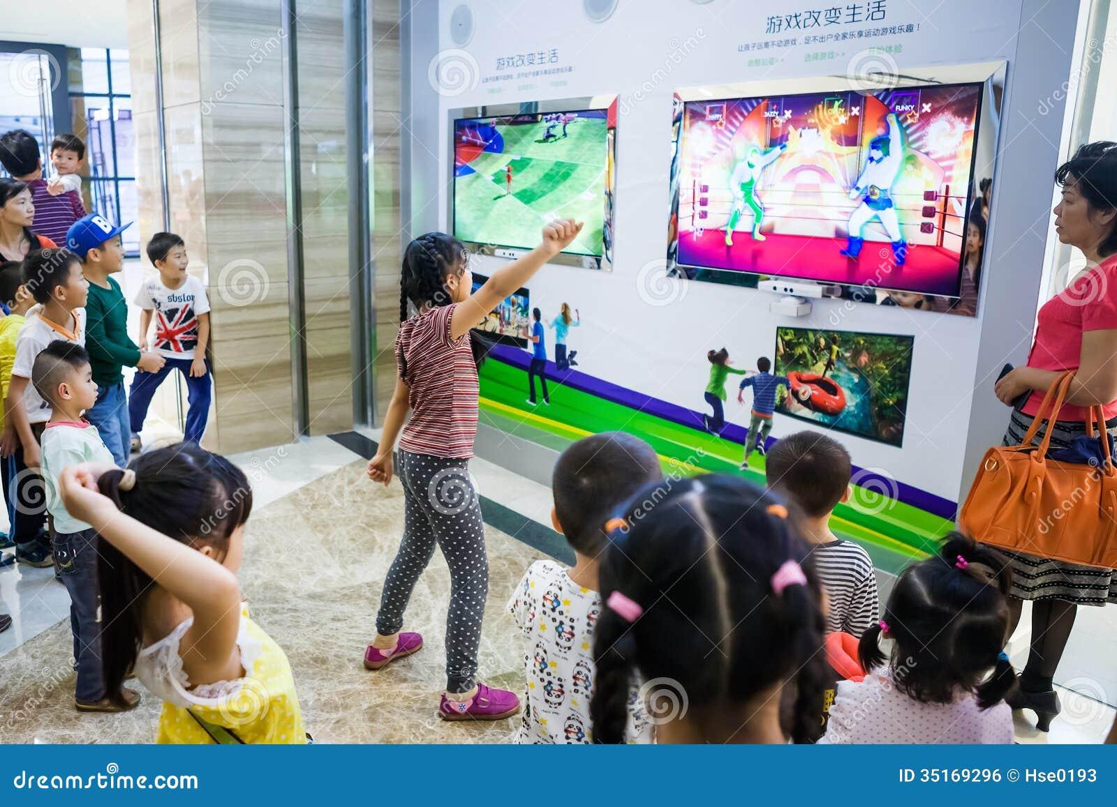 Jugar A Juegos Interactivos Con El Kinect Xbox 360 Foto Editorial