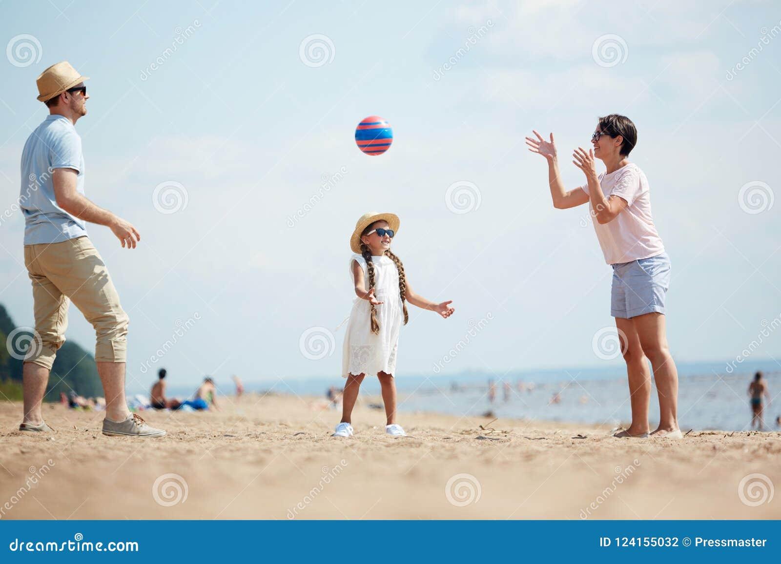 Jugar la bola en la playa