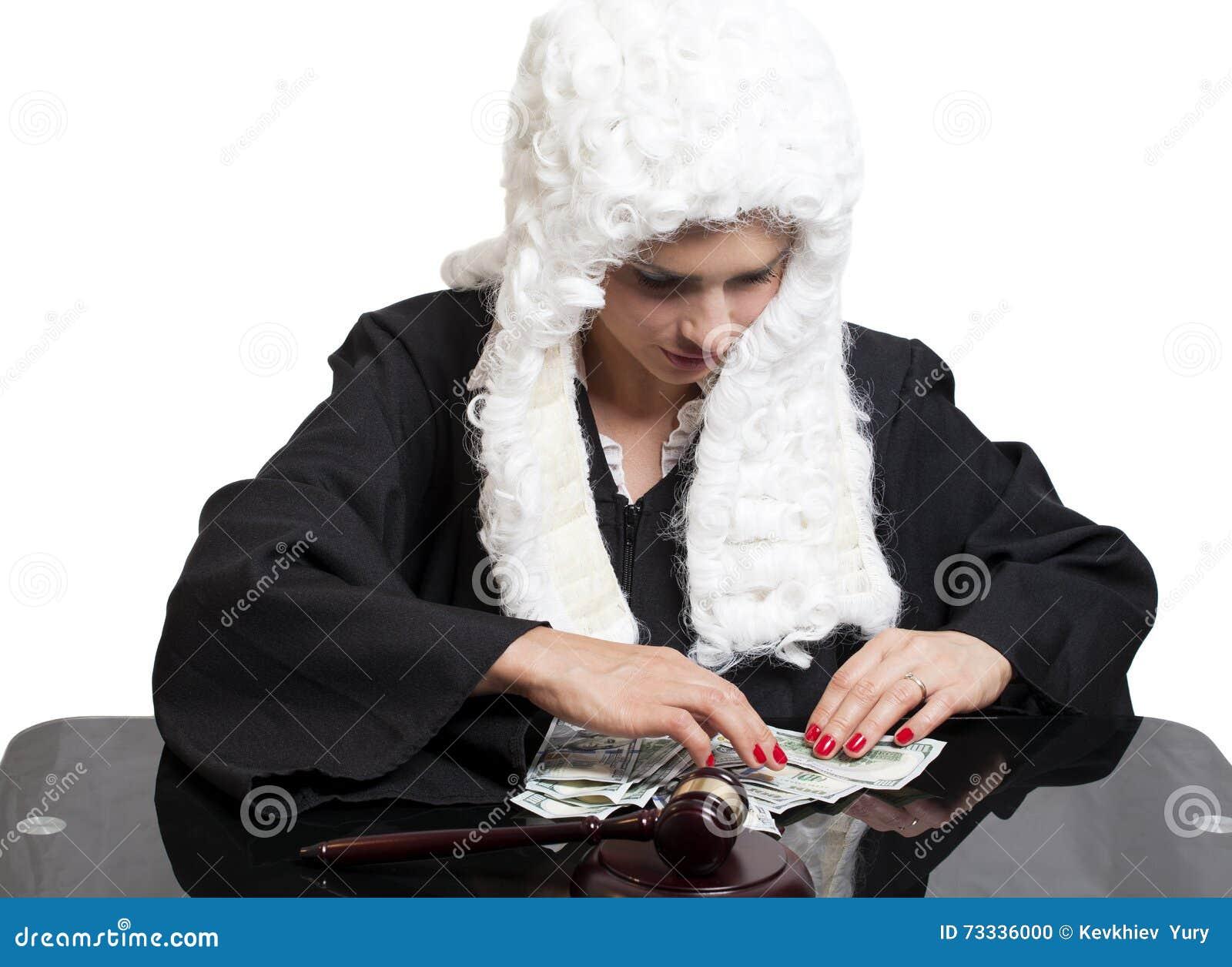 Juge corrompu de femelle comptant l argent à la table