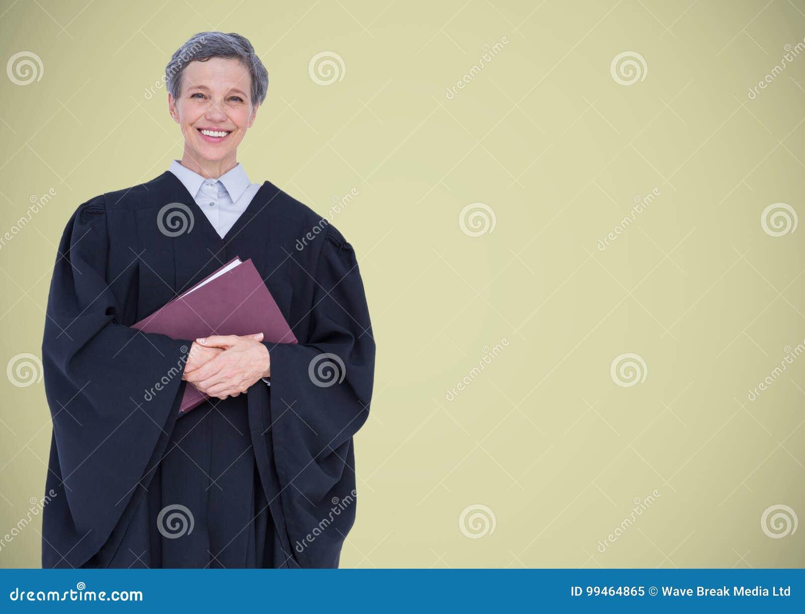 Juge féminin avec le livre sur le fond vert clair