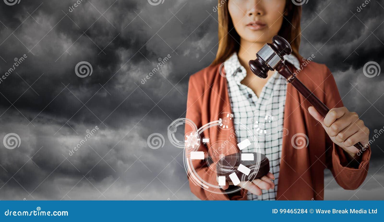 Juge féminin avec le marteau et interface blanche contre le ciel gris