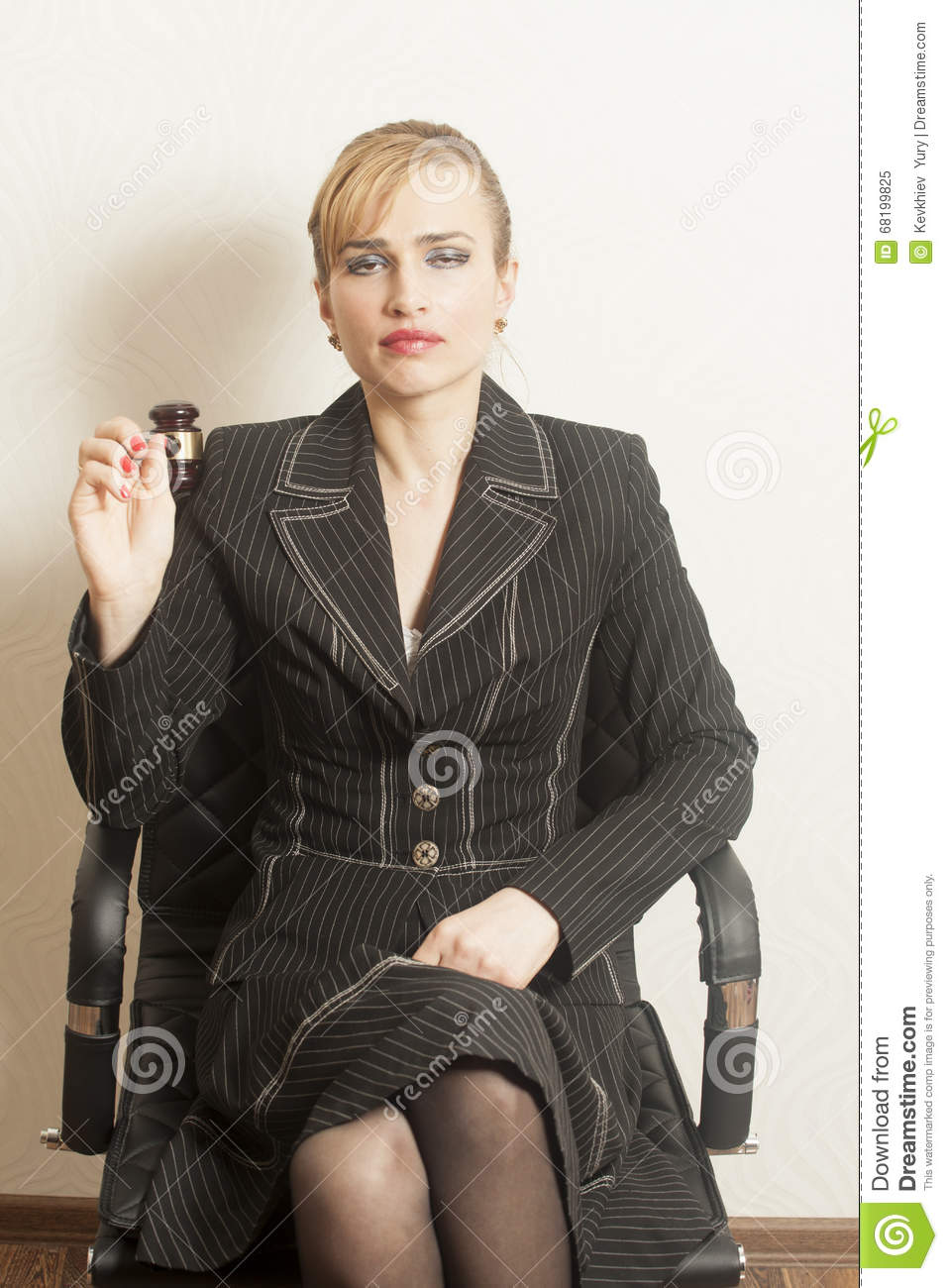 Juge féminin With Wooden Gavel