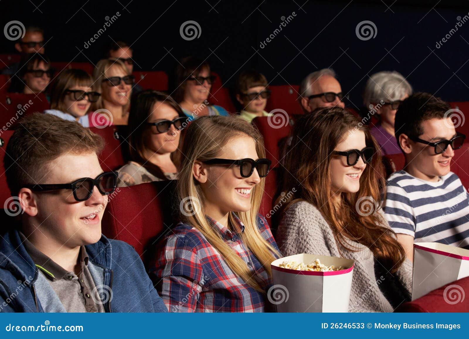 Jugendfreunde, die Film 3D im Kino überwachen