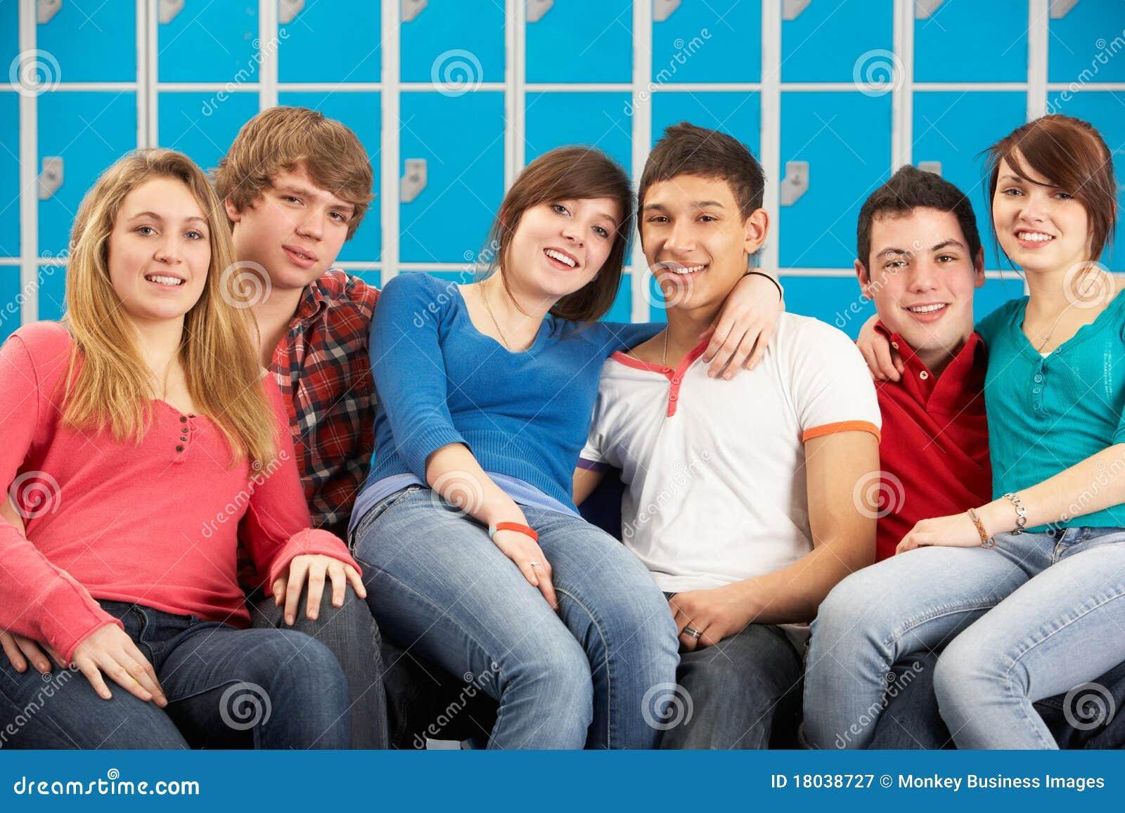 Jugendkursteilnehmer, die durch Schule Lockersin sich entspannen