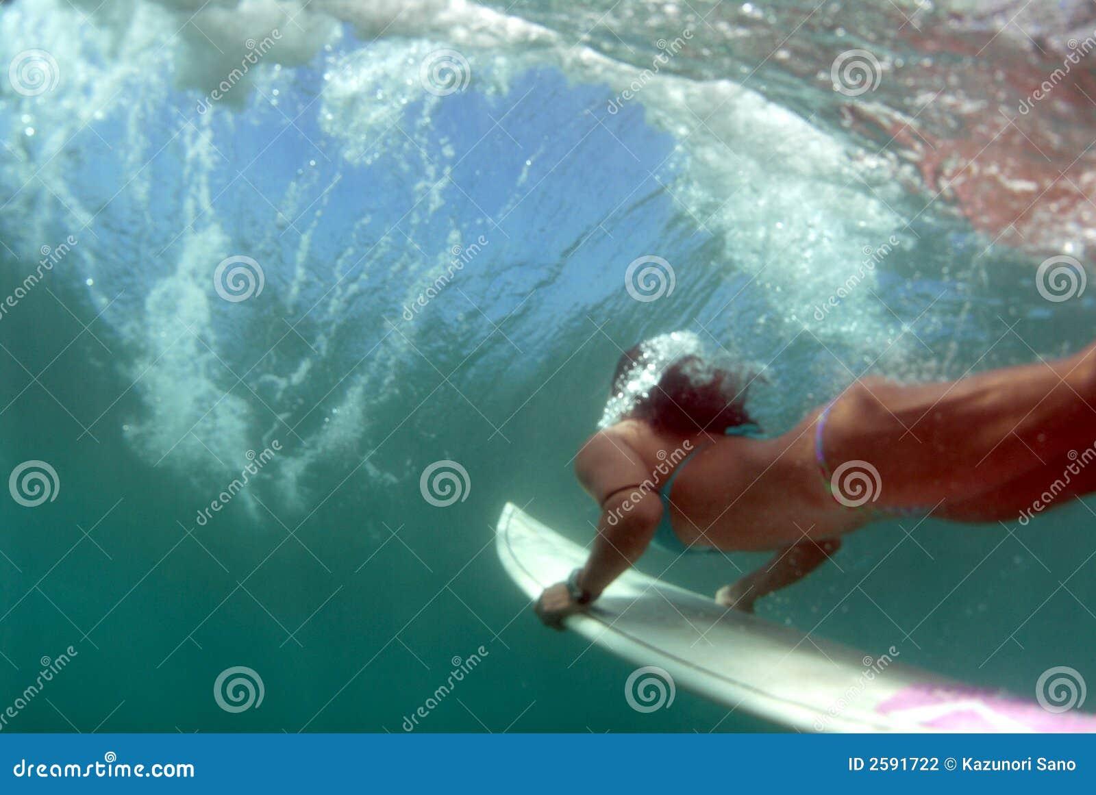 Jugendlich Bikini-Surfer Duckdiving