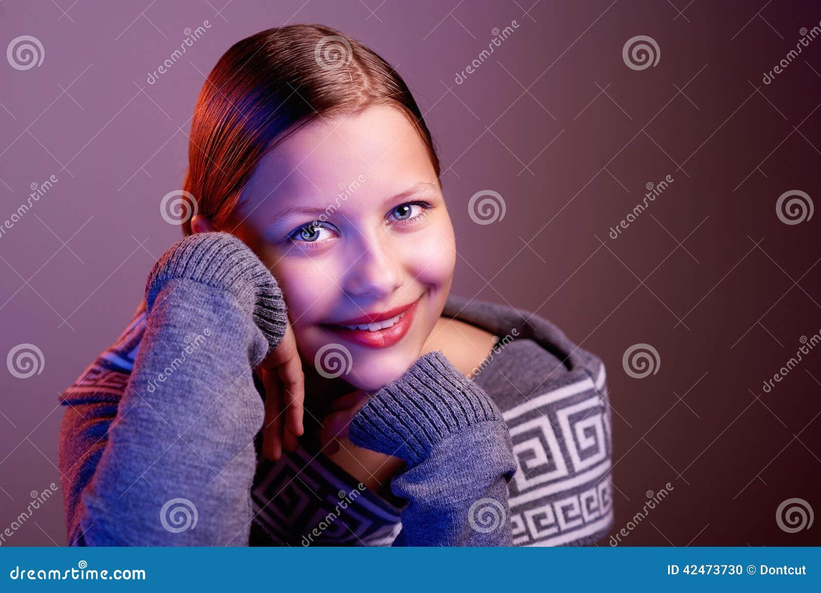 Jugendlich lächelndes Mädchen, Porträt