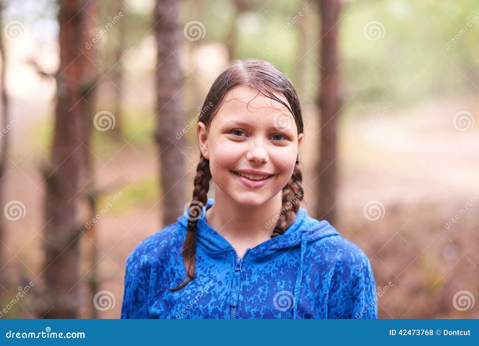 Jugendlich Mädchen, das in den Wald geht