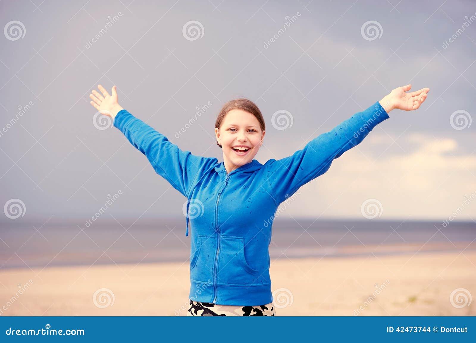 Jugendlich Mädchen, das Spaß auf dem Strand hat