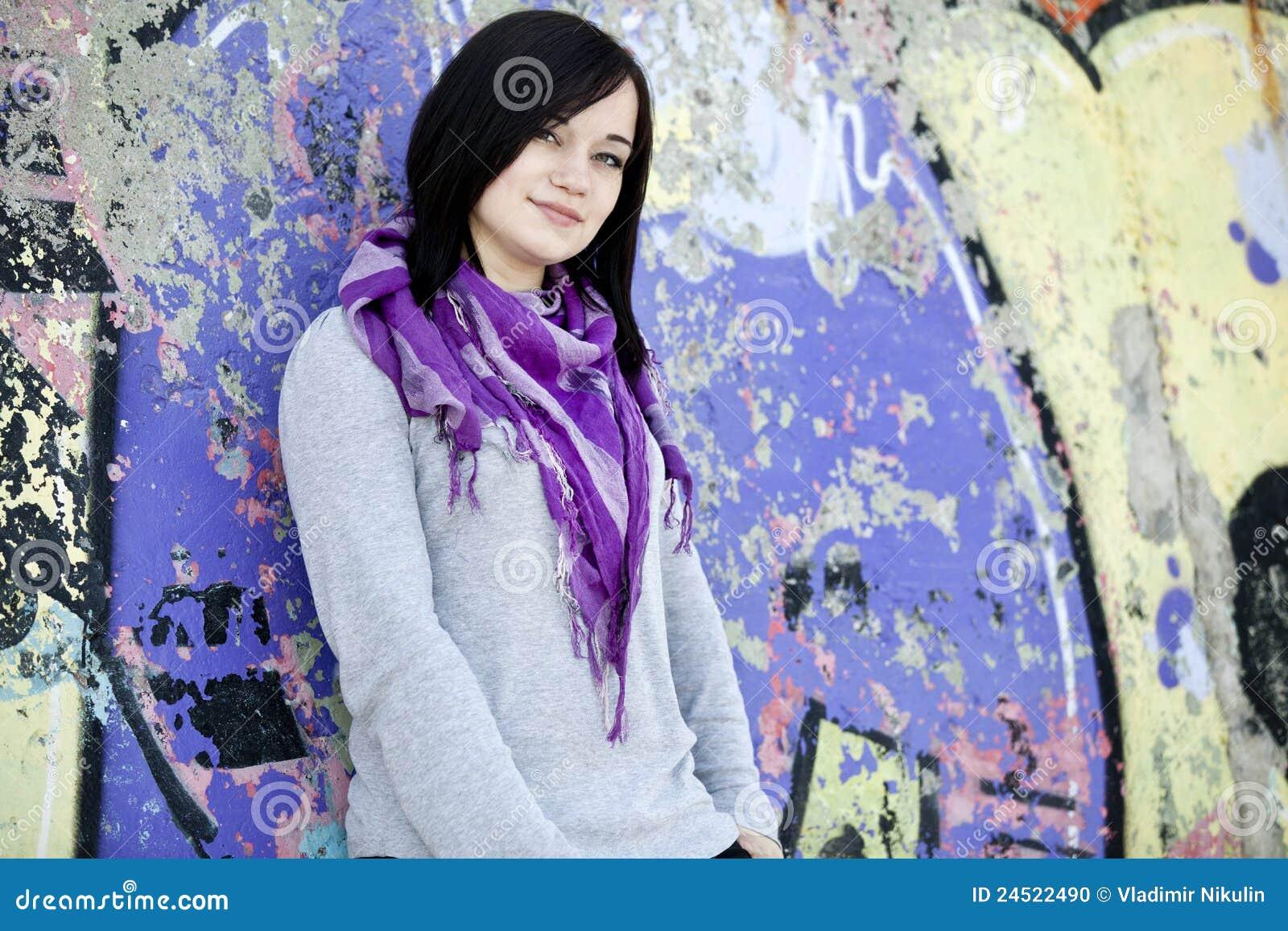 Jugendlich Mädchen nahe Graffitiwand
