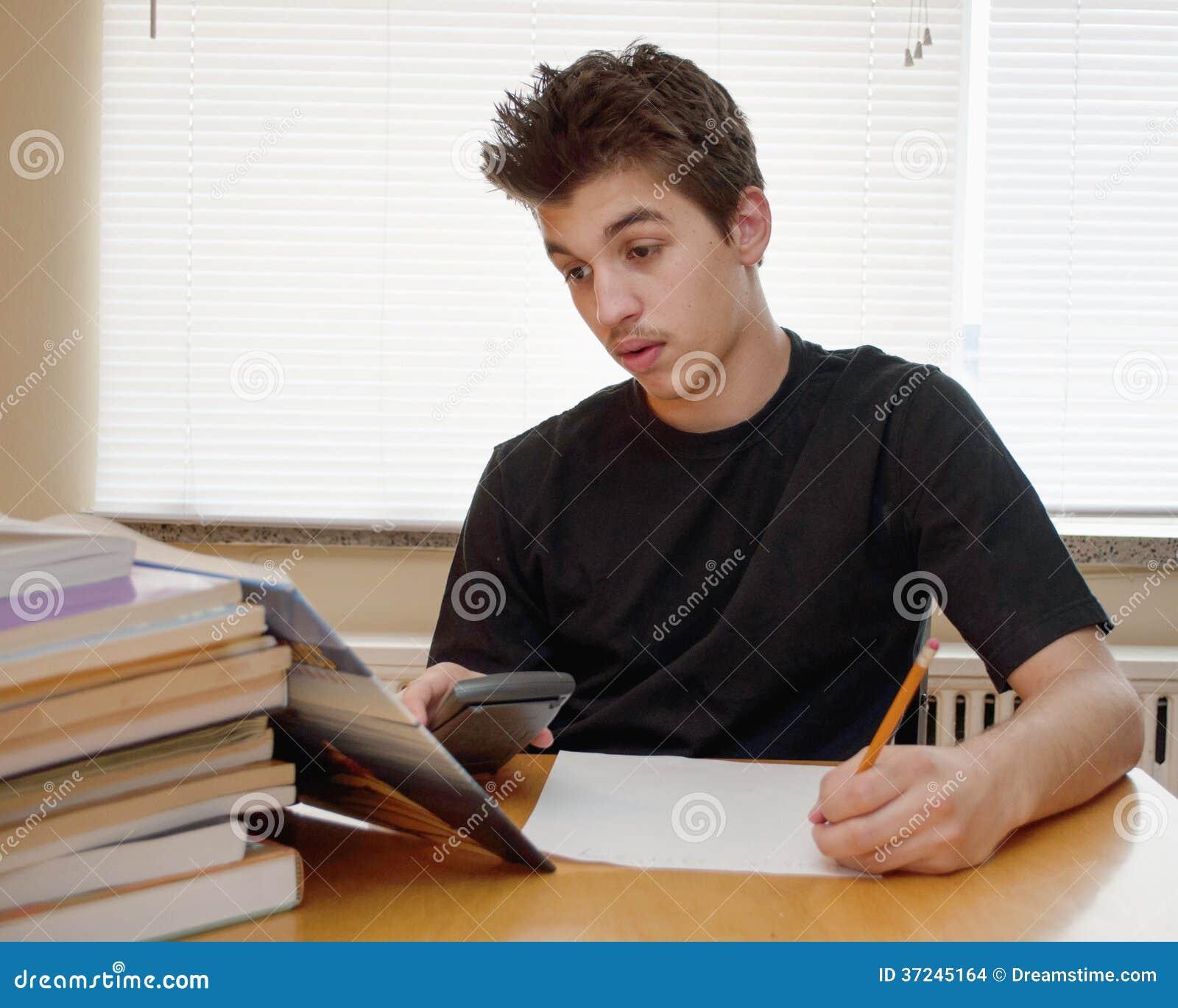 Jugendlich, seine Hausarbeit tuend