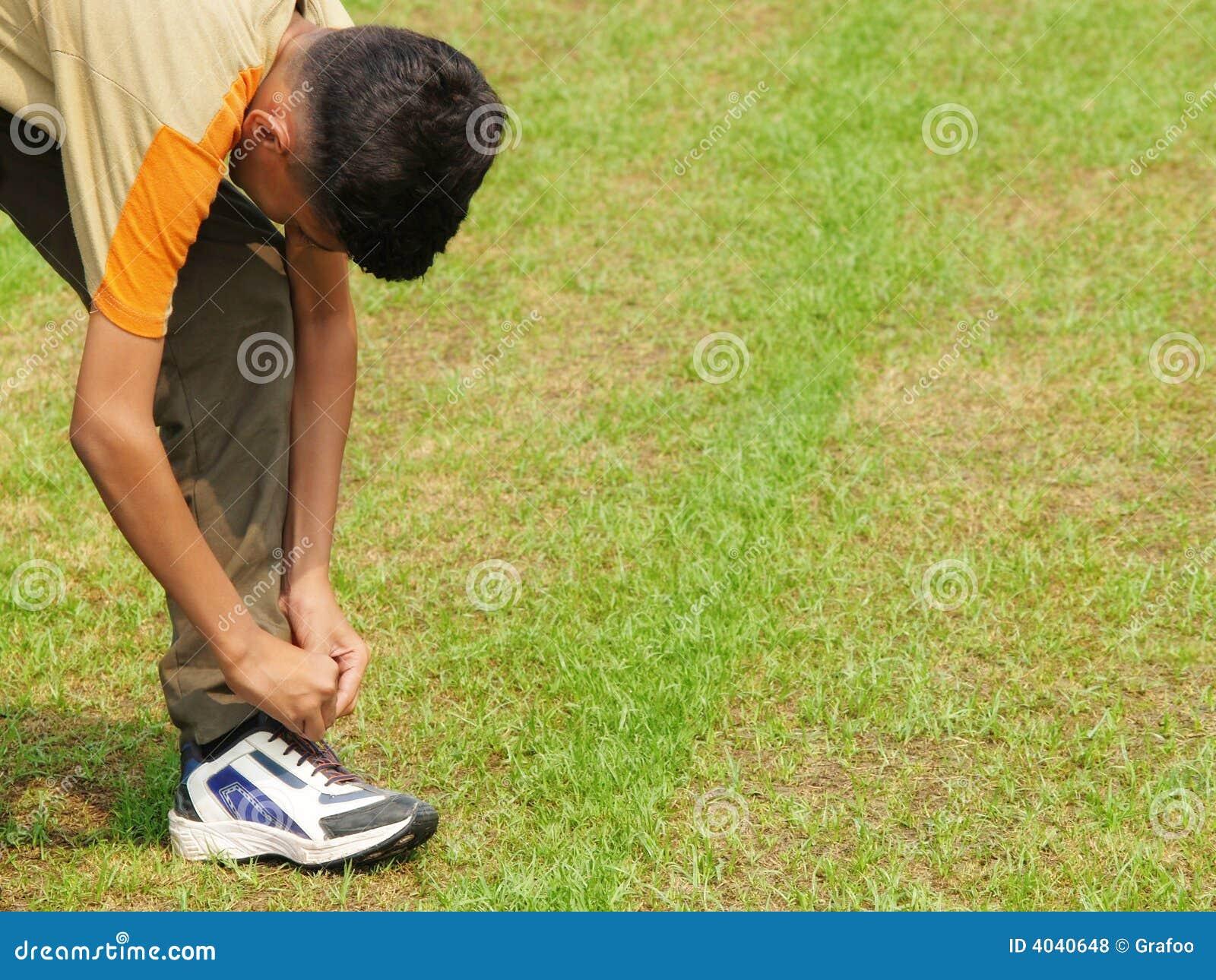 Jugendlich, seinen Schuh binden