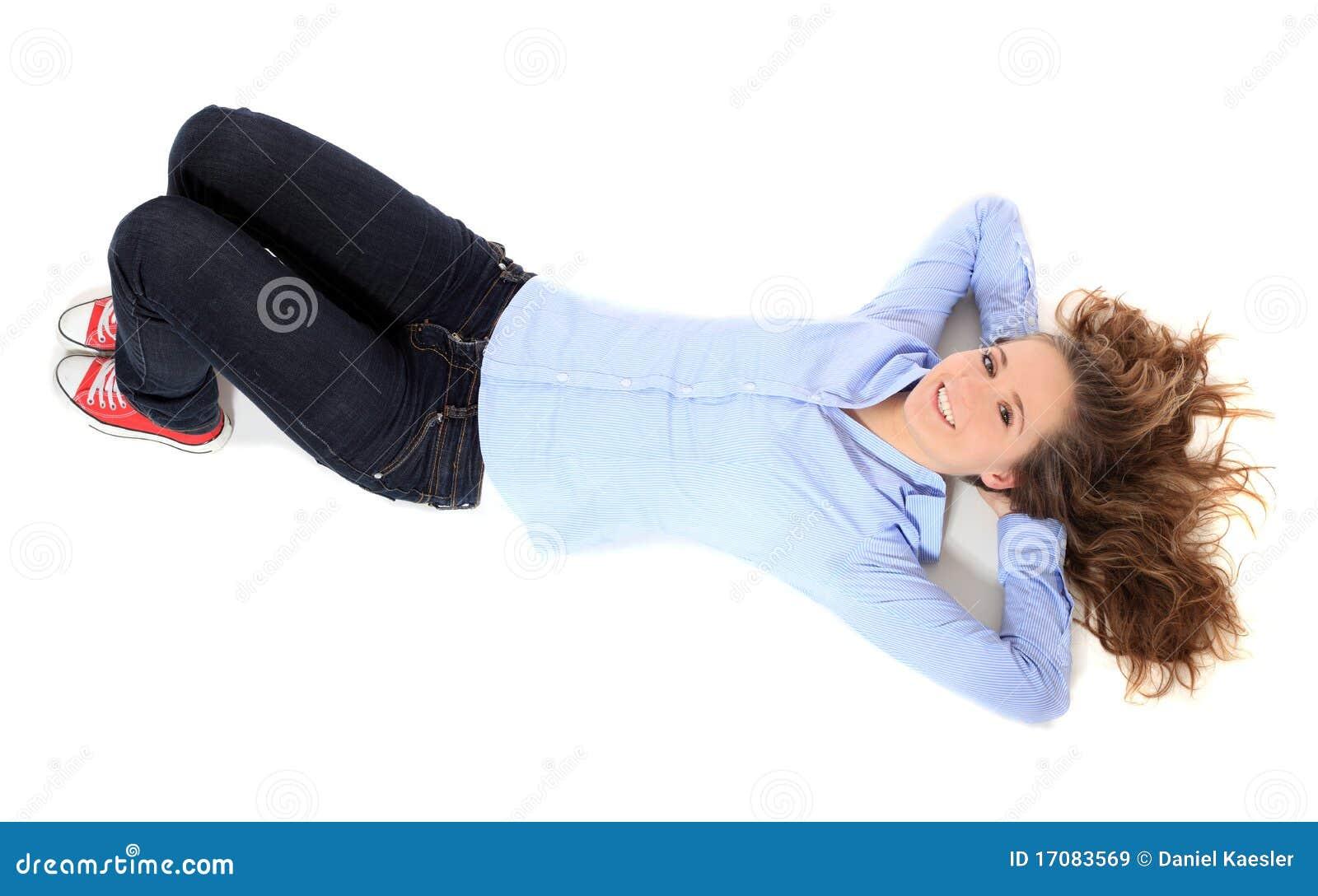 Jugendliche, die auf Fußboden liegt
