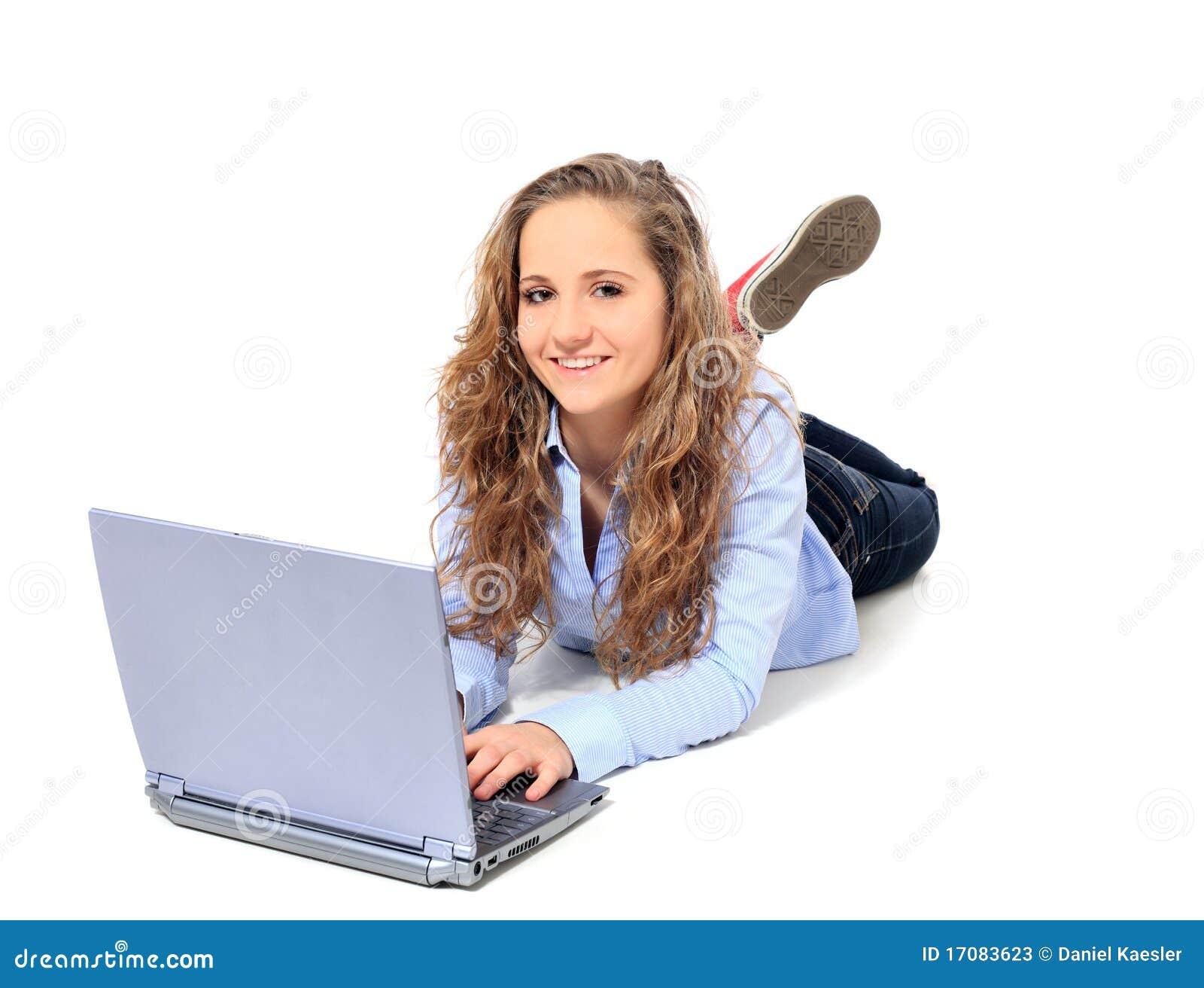 Jugendliche, die Laptop verwendet