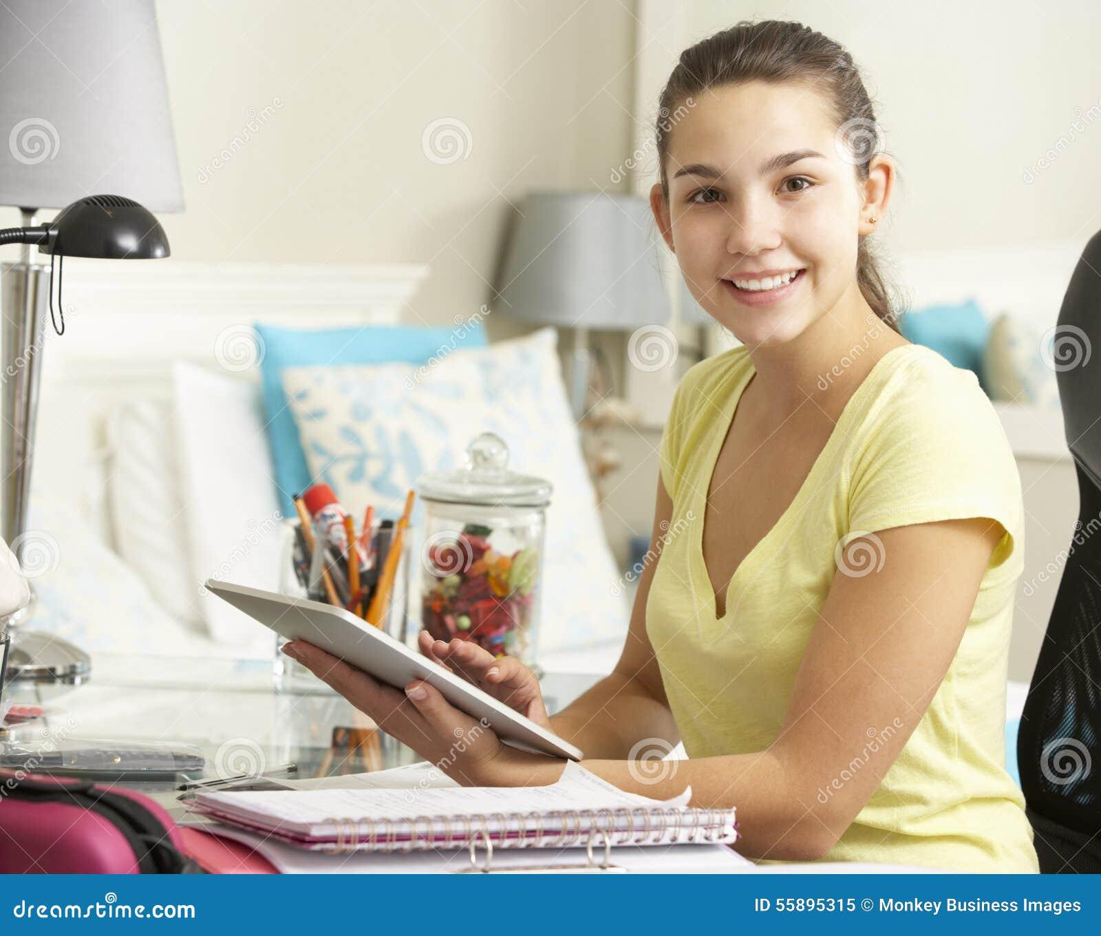 Jugendliche die am schreibtisch im schlafzimmer unter for Schlafzimmer jugendliche