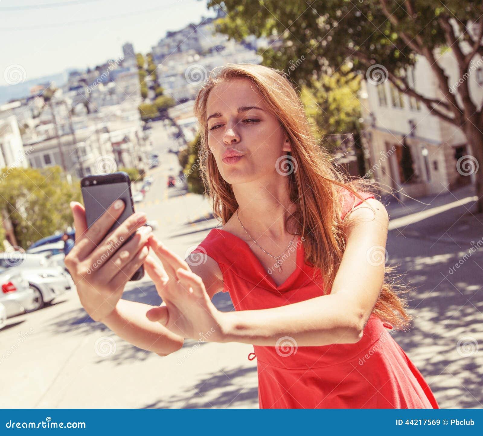 Jugendliche, die selfie nimmt