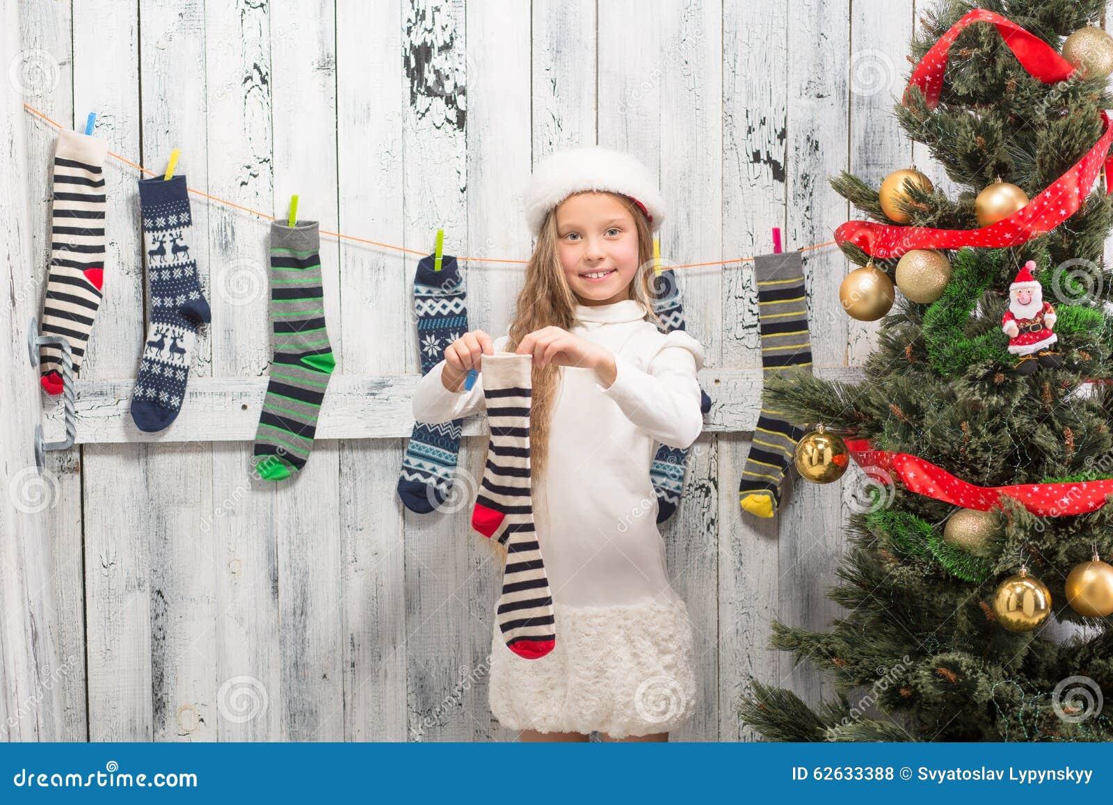 Jugendliche, Die Socken Des Neuen Jahres Und Des Weihnachten ...