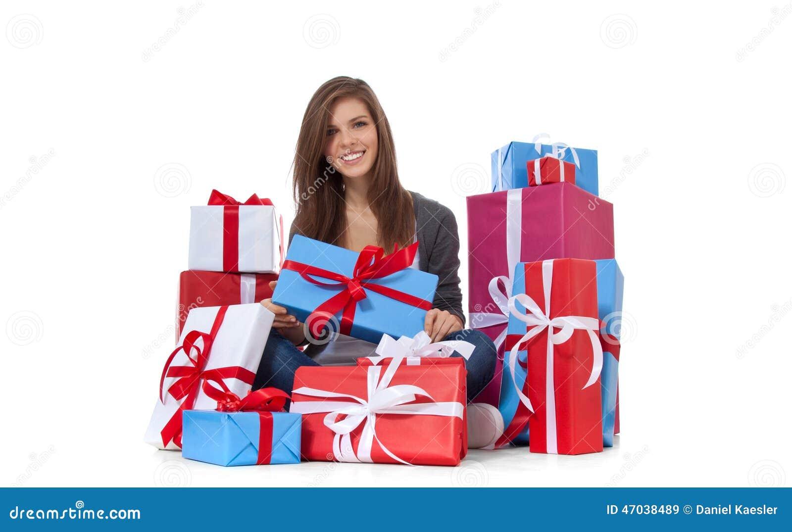 Jugendliche innerhalb der eingewickelten Geschenke