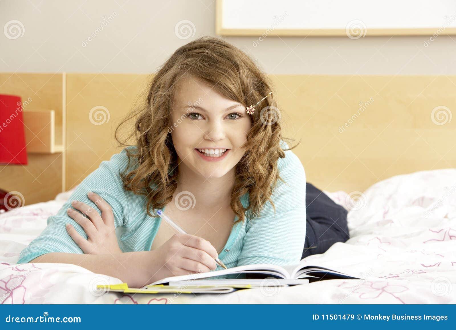 Jugendliche schreiben im tagebuch im schlafzimmer for Schlafzimmer jugendliche