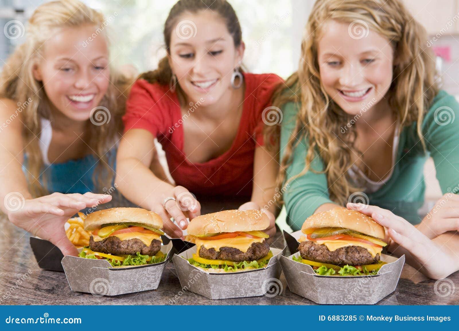 jugendlichen die burger essen stockbild bild von burger essen 6883285. Black Bedroom Furniture Sets. Home Design Ideas