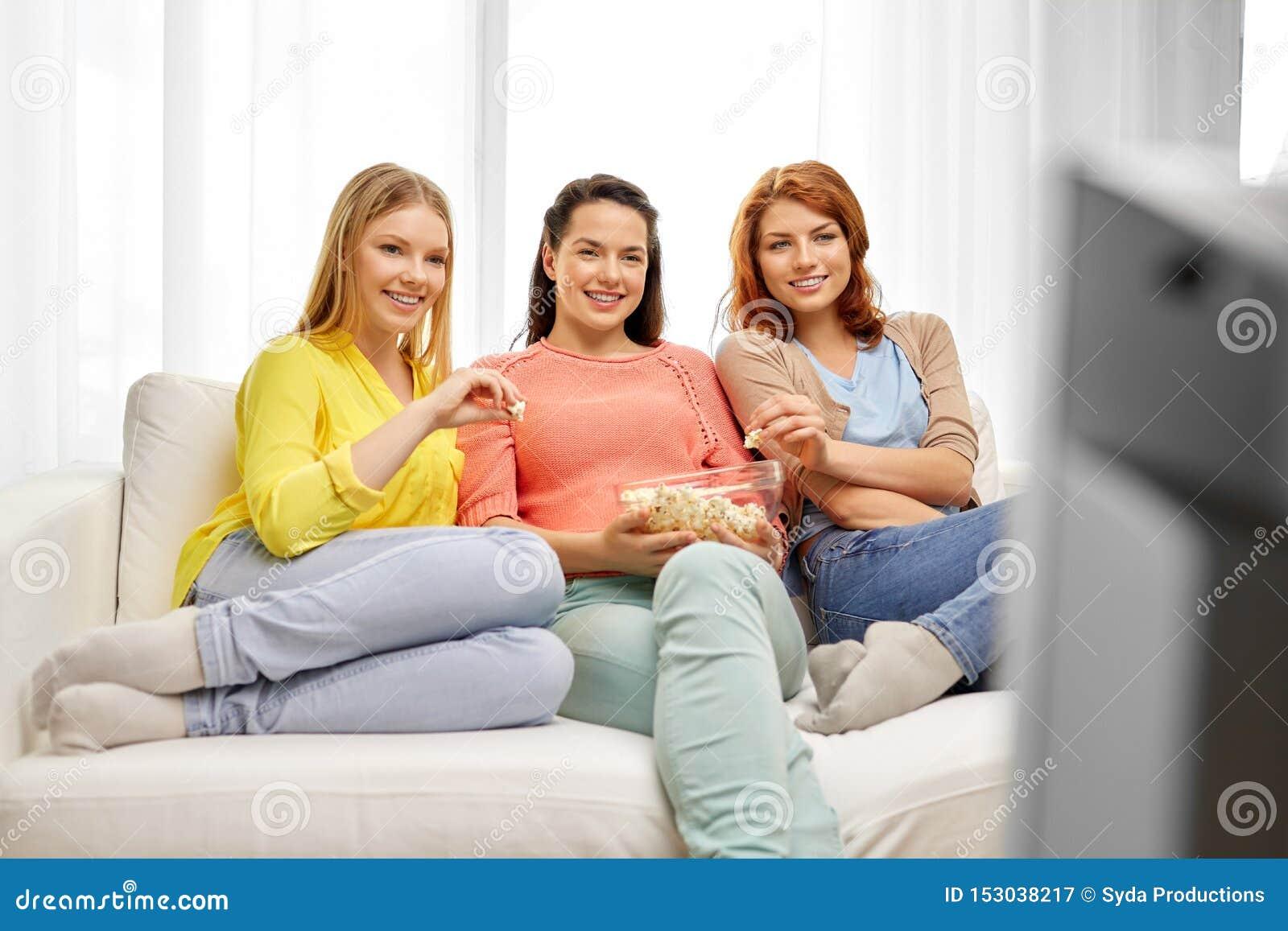 Jugendlichen oder Freunde, die zu Hause fernsehen