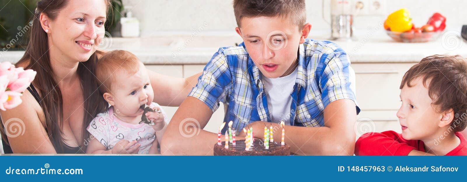 Jugendlicher brennt heraus die Kerzen auf einem Geburtstagskuchen durch