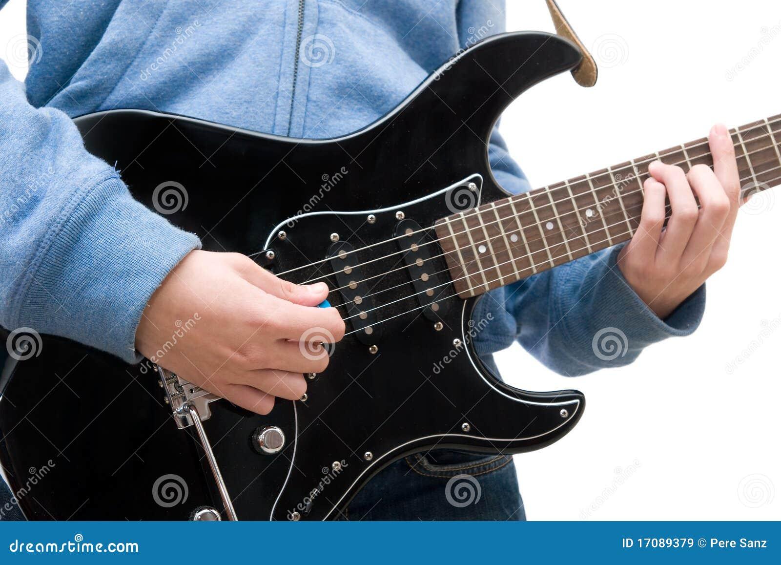 Jugendlicher, der elektrische Gitarre spielt