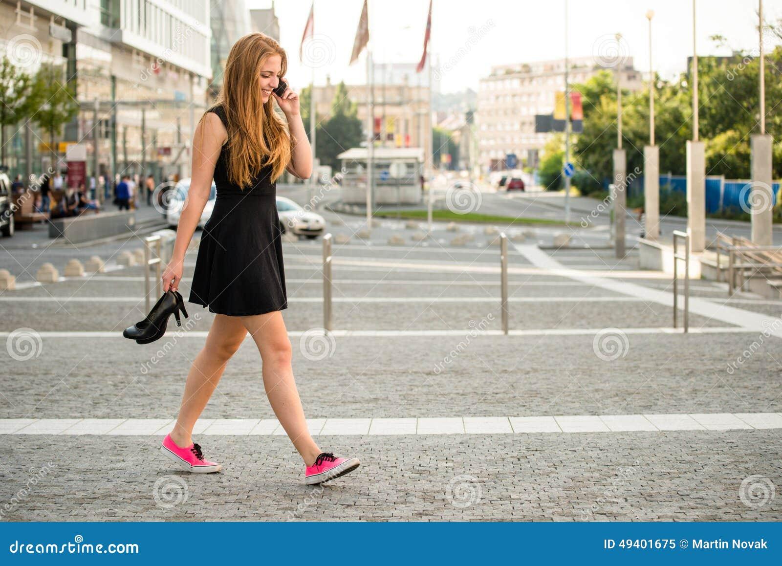 Download Jugendlicher, Der Hinunter Straße Geht Stockbild - Bild von draußen, turnschuhe: 49401675