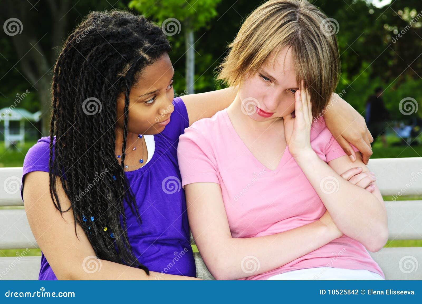 Jugendlicher, der ihren Freund tröstet