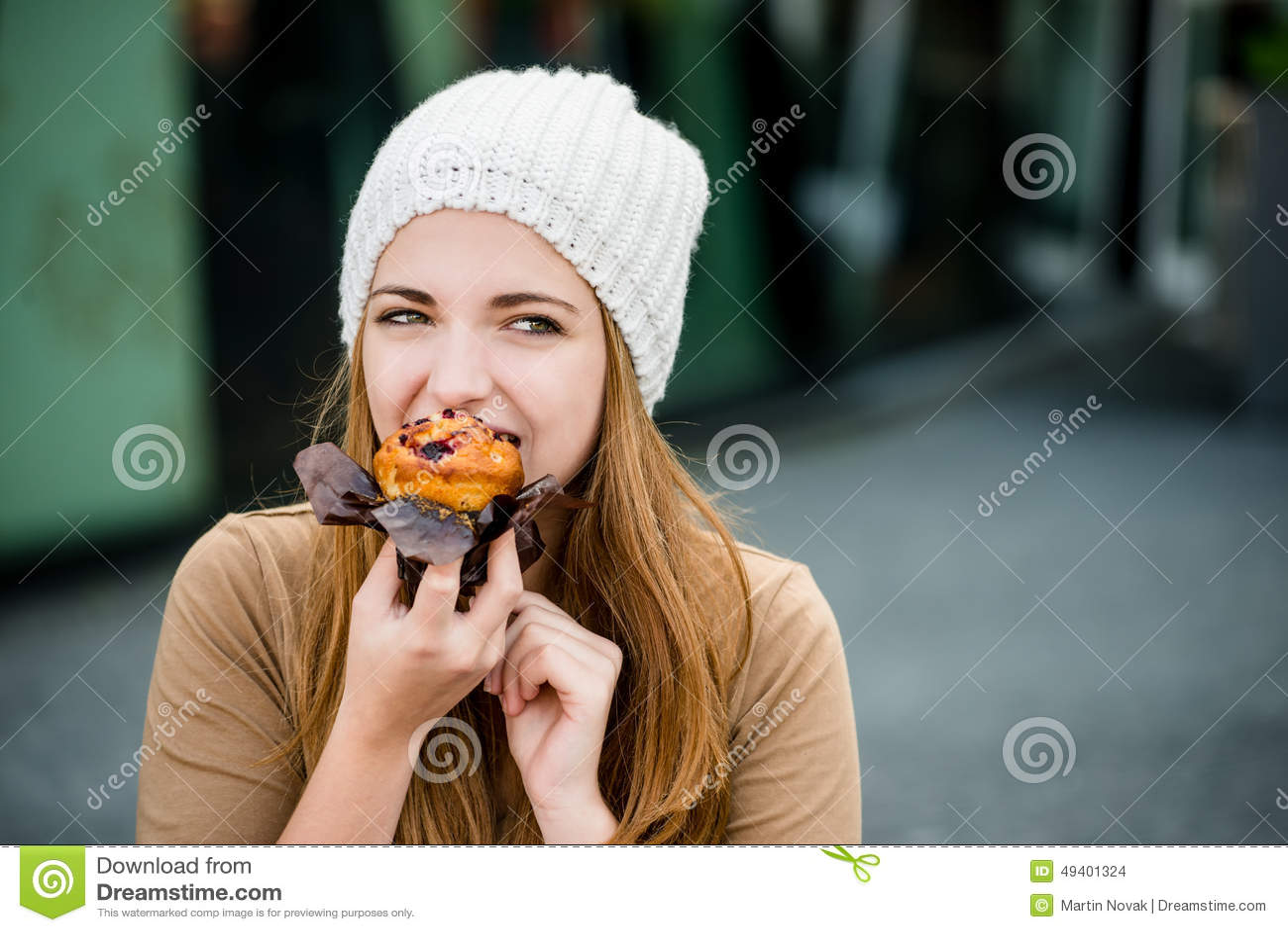 Download Jugendlicher, Der Muffin Isst Stockfoto - Bild von blick, draußen: 49401324