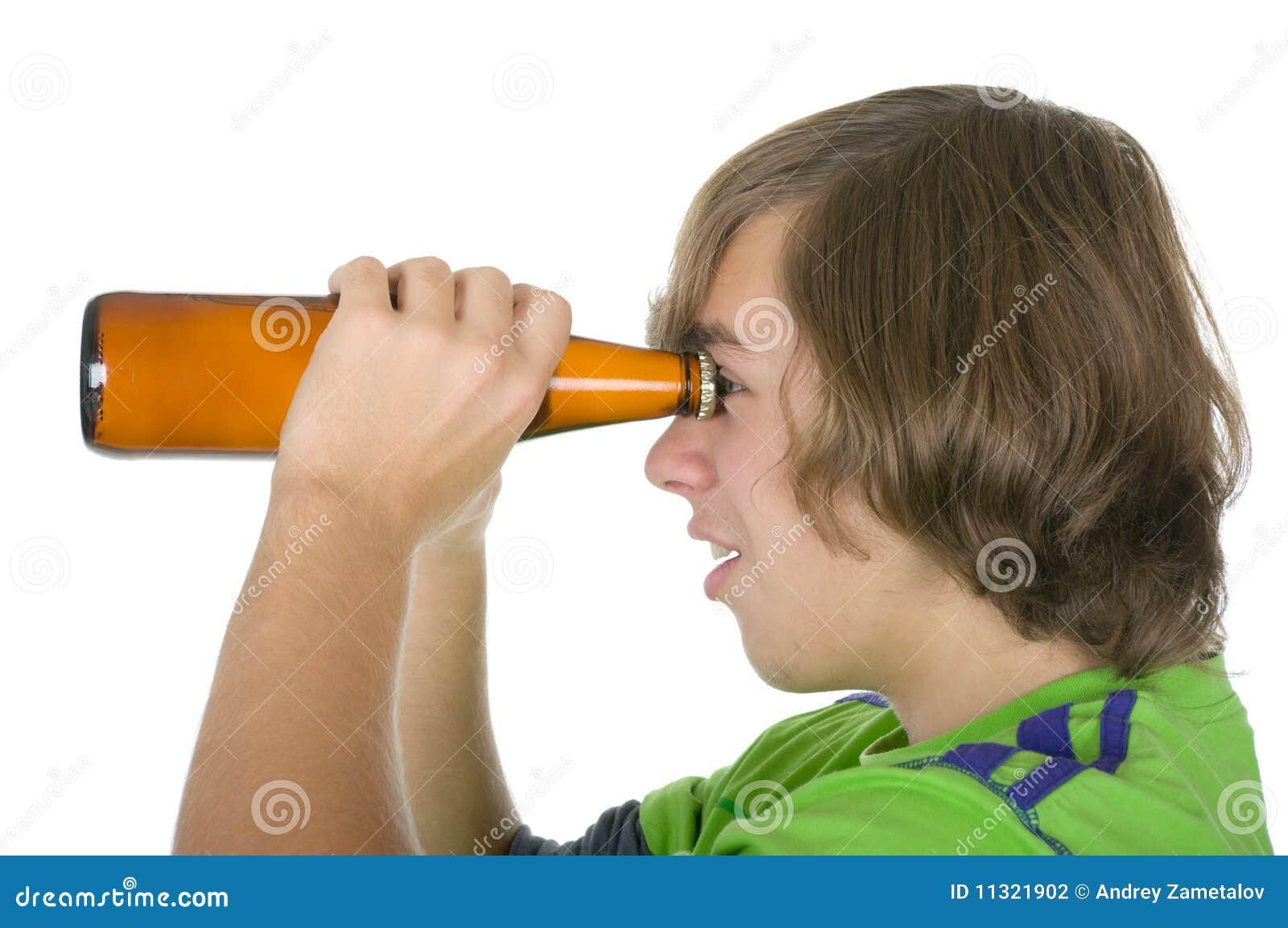 Jugendlicher hält eine Flasche vor Augen an