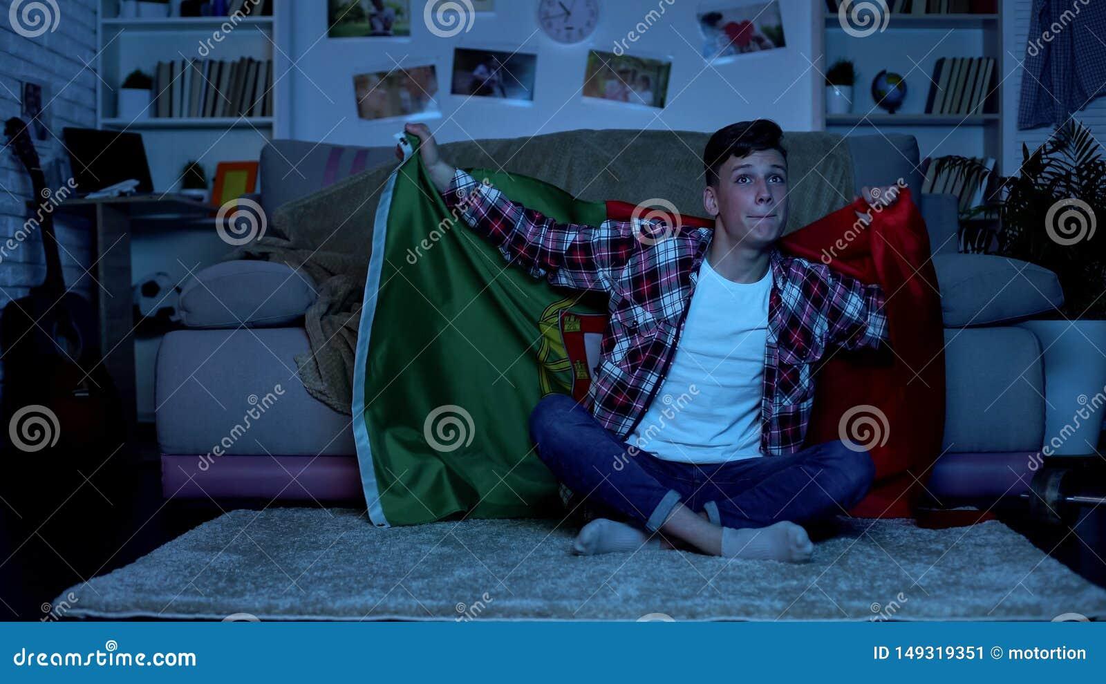 Jugendlicher mit Unterst?tzungsnationalmannschaftshaus der portugiesischen Flagge, Sportwettbewerb