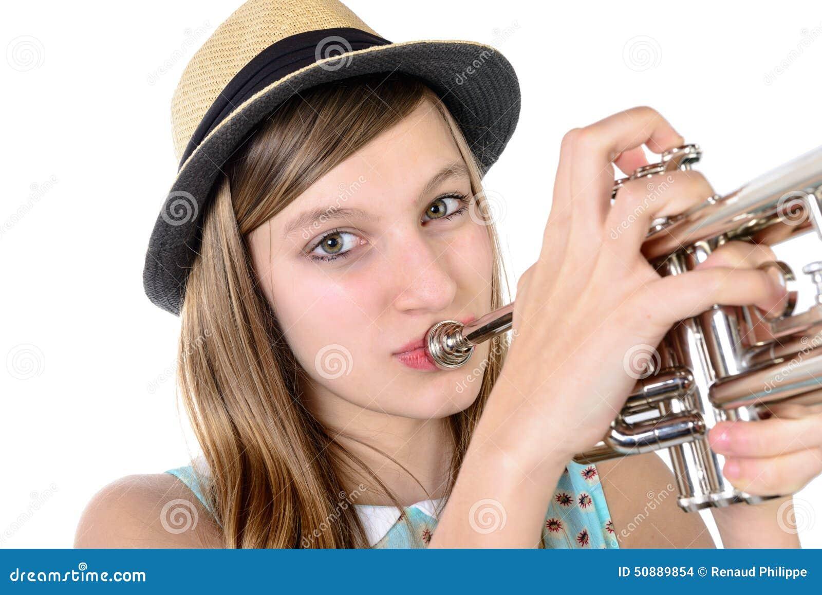 Jugendlicher spielt die Trompete
