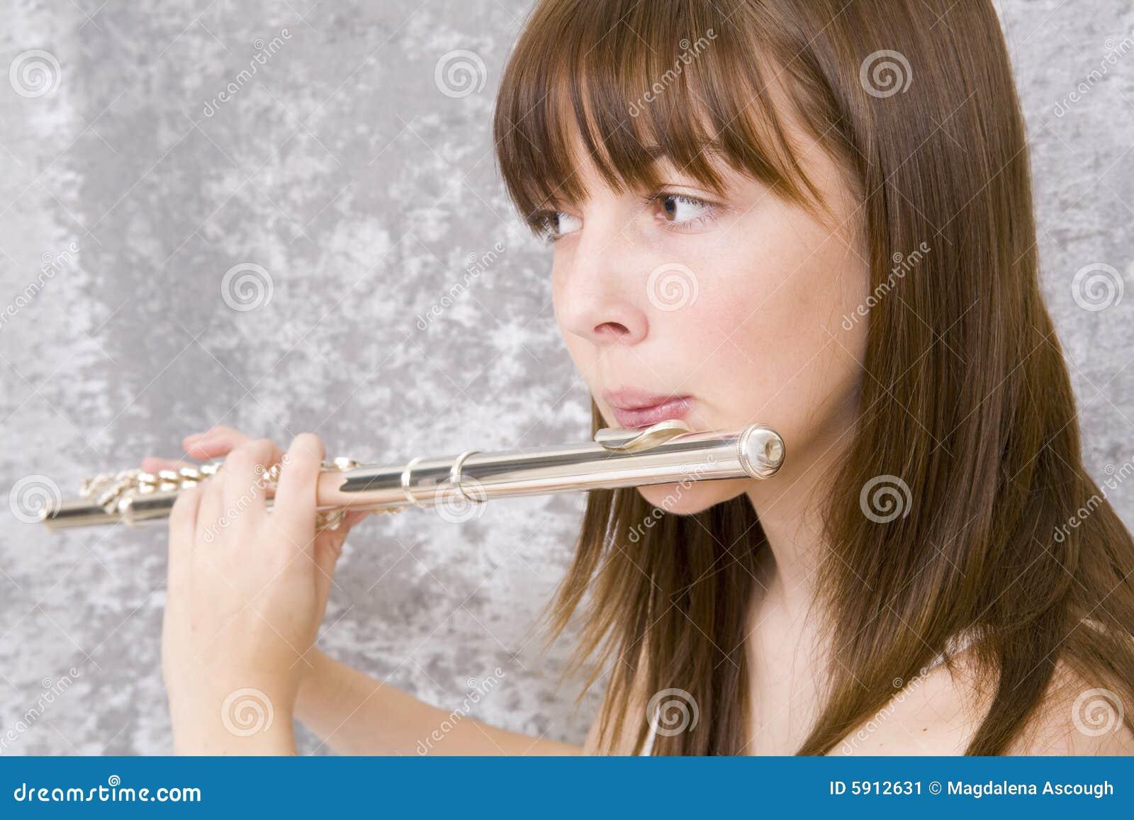 Jugendlichmädchen, das Flöte spielt