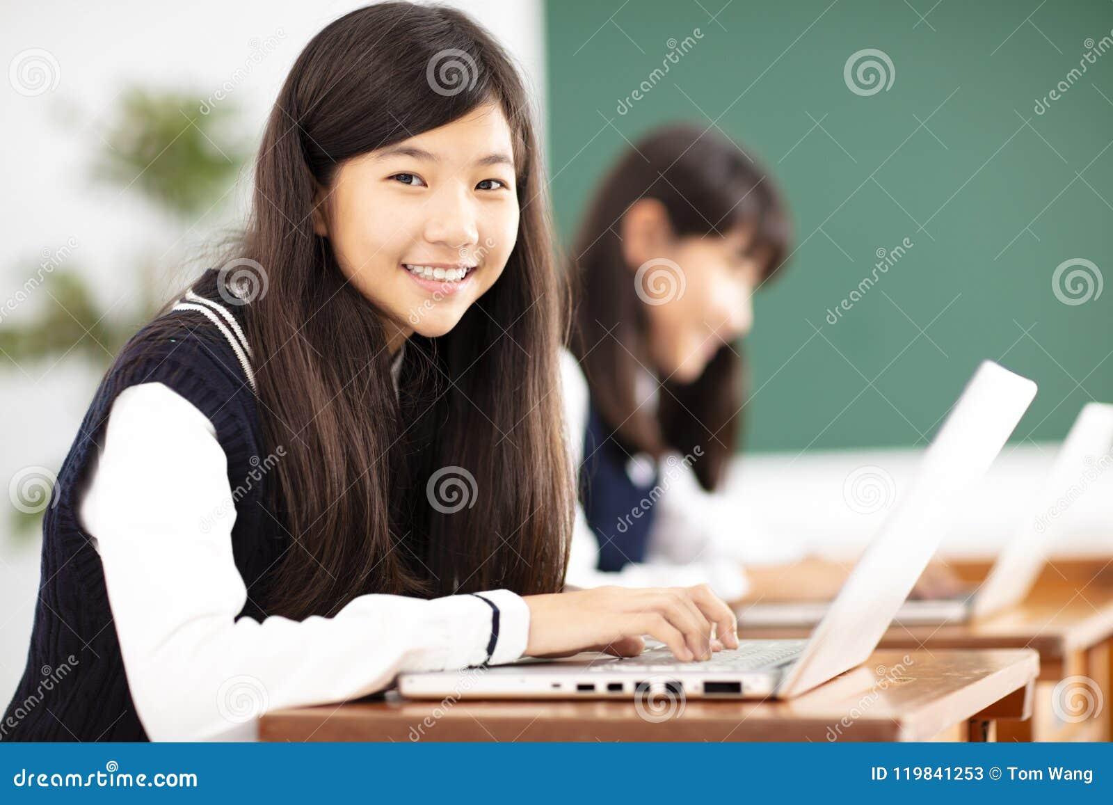 Jugendlichstudent, der online mit Laptop im Klassenzimmer lernt