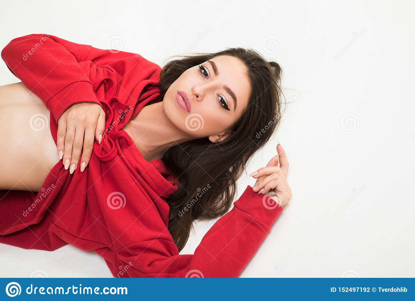 Jugendmode F?hlen frei und stilvoll Mädchen tragen moderne Kleidung für Jugendgeneration F?r immer Junge Sorglose Leute